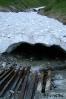 A patak a hó alatt folyik