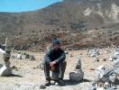 """A Dukhla hágó, háttérben az Everest áldozatainak """"emlékműveivel"""""""